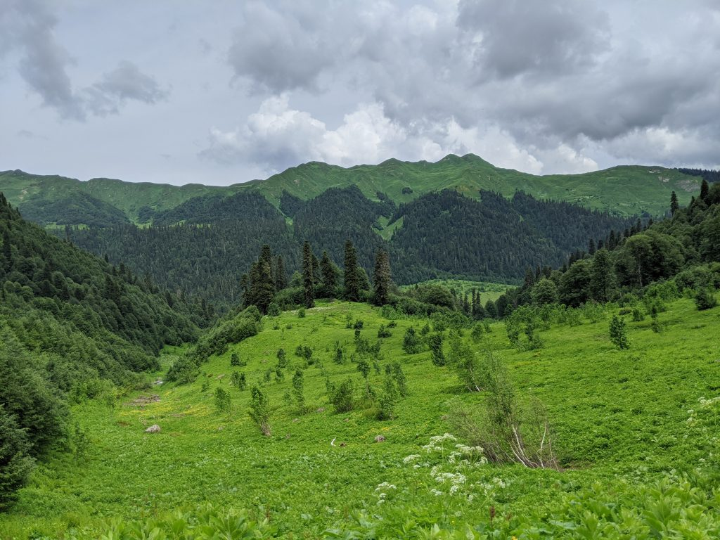 way to Okrotskali Lake